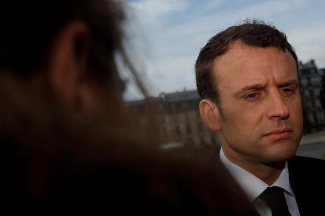 5月1日、フランス大統領選の中道系独立候補マクロン前経済相(写真)は、極右政党・国民戦線(FN)による1995年のメーデー集会時、セーヌ川に突き落とされて死亡したモロッコ人男性を追悼した(2017年 ロイター決選/Philippe Wojazer)