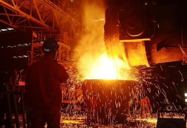 5月2日、中国の鉄筋先物が約1カ月ぶりの高値をつけた。メーデーの連休明けで在庫補充の動きが出ている。鉄鉱石先物も値上がりしている。写真は昨年6月遼寧省の製鉄工場で撮影(2017年 /ロイター)