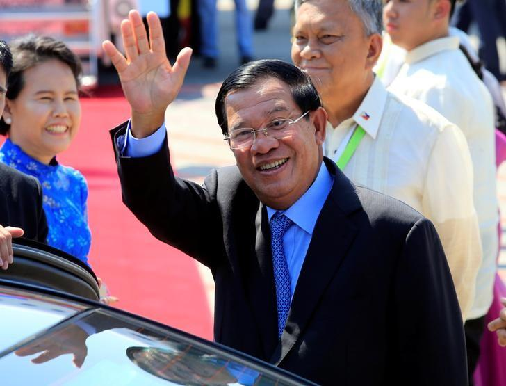 Cambodia's Prime Minister Hun Sen, waves to photographers upon arrival at the Manila International airport in Pasay city, metro Manila, Philippines April 28, 2017. REUTERS/Romeo Ranoco