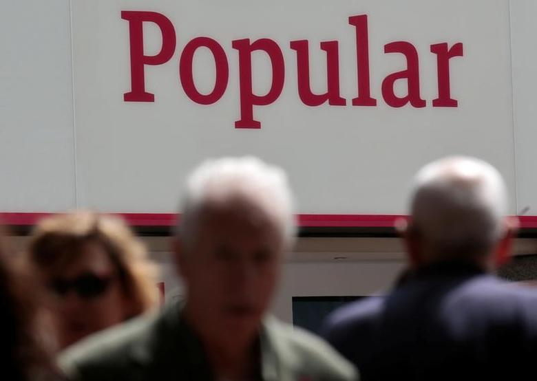 People walk past a branch of Spain's Banco Popular in Madrid, Spain, May 26, 2016. REUTERS/Andrea Comas