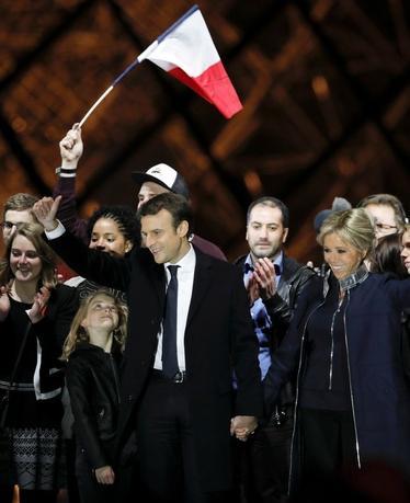 5月7日、フランスで行われた大統領選の決選投票は、超党派の市民運動「前進」を率いる親欧州連合(EU)の中道系候補エマニュエル・マクロン前経済相(写真中央)が、EU離脱や反移民を掲げる極右政党・国民戦線(FN)のルペン党首を破り勝利した(2017年 ロイター/Benoit Tessier)