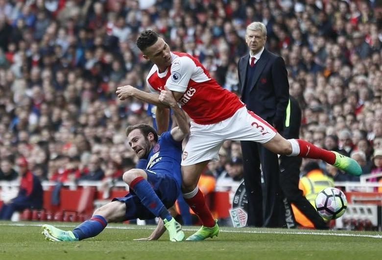 Britain Soccer Football - Arsenal v Manchester United - Premier League - Emirates Stadium - 7/5/17 Arsenal's Kieran Gibbs in action with Manchester United's Juan Mata as Arsenal manager Arsene Wenger looks on Reuters / Stefan Wermuth Livepic