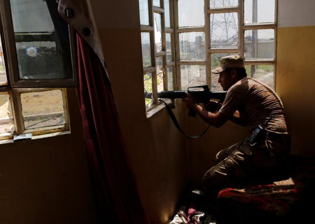 A member of Iraqi Rapid response forces takes position during clashes with Islamic State fighters in north west of Mosul, Iraq, May 9, 2017. REUTERS/Danish Siddiqui