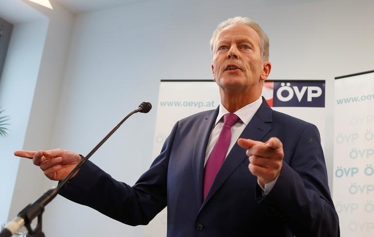 Austrian Vice Chancellor Reinhold Mitterlehner addresses a news conference in Vienna, Austria, May 10, 2017.   REUTERS/Heinz-Peter Bader