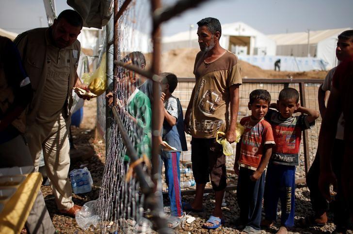 Displaced Iraqis wait for food supplies at Hammam al-Alil camp south of Mosul, Iraq May 10, 2017.  REUTERS/Suhaib Salem