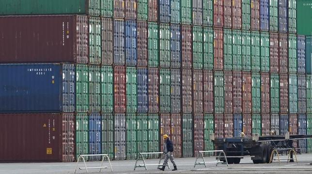 5月11日、財務省が発表した国際収支状況によると、2016年度の経常収支は20兆1990億円の黒字だった。写真は東京湾の港に積まれたコンテナ。2012年3月撮影(2017年 ロイター/Toru Hanai)