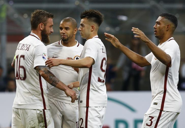 Football Soccer - AC Milan v AS Roma - Italian Serie A - San Siro Stadium, Milan, Italy - 07/05/2017  AS Roma's Daniele De Rossi celebrates with teammates after scoring against AC Milan. REUTERS/Stefano Rellandini