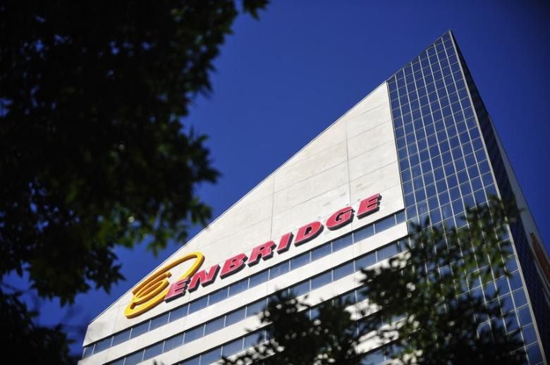 FILE PHOTO: The Enbridge Tower is pictured on Jasper Avenue in Edmonton, Alberta, Canada on August 4, 2012.  REUTERS/Dan Riedlhuber/File Photo
