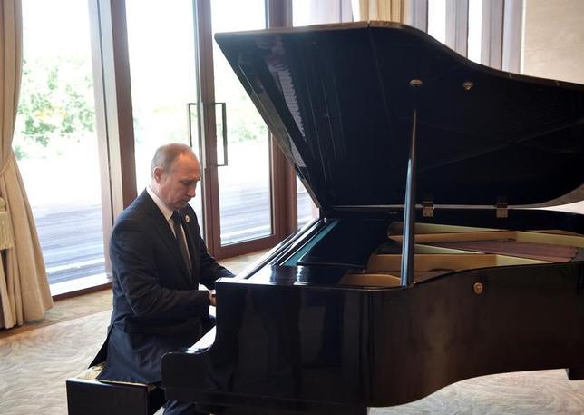 5月14日、ロシアのプーチン大統領が、北京での中国・習近平国家主席との首脳会談を待つ間、釣魚台迎賓館でピアノの演奏を披露した。提供写真(2017年 ロイター/Sputnik/Aleksey Nikolskyi/Kremlin)
