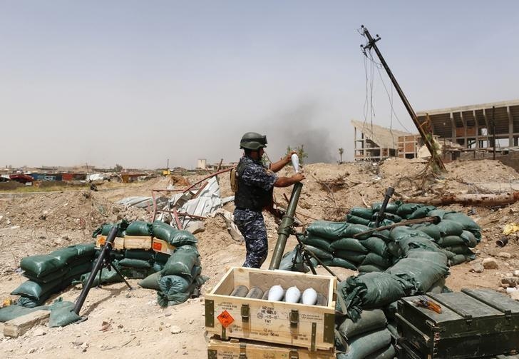A member of Iraqi Federal Police prepares to  fire a mortar during clashes with Islamic State militants in western Mosul, Iraq, May 11, 2017. REUTERS/Danish Siddiqui