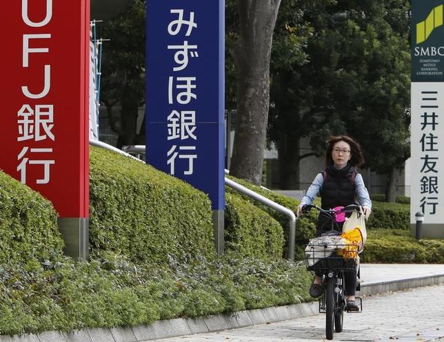 5月15日、大手銀行グループの2017年3月期決算で、銀行のバランスシートに現金・預け金が積み上がっていることが鮮明になった。都内で2015年撮影(2017年 ロイター/Yuya Shino)