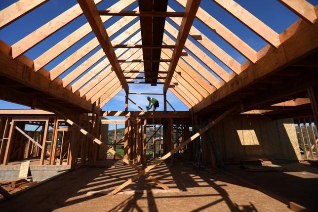 5月16日、4月の米住宅着工件数は年率換算で前月比2.6%減の117万2000戸で、2016年11月以来の低水準だった。写真はカリフォルニア州の住宅建設現場。2月15日撮影。(2017年 ロイター/Mike Blake)