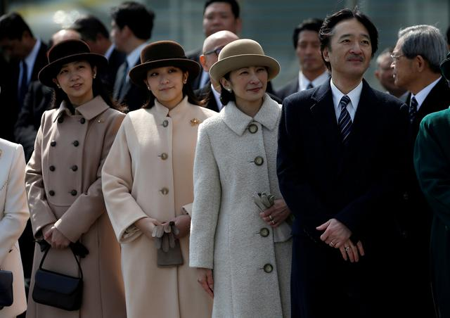 FILE PHOTO : Japan's Prince Akishino (R), his wife Princess Kiko (2nd R) and their daughters Princess Mako (2nd L) and Princess Kako send off Emperor Akihito and Empress Michiko boarding a special flight for their visit to Vietnam and Thailand, at Haneda Airport in Tokyo, Japan February 28, 2017.  REUTERS/Issei Kato/File Photo