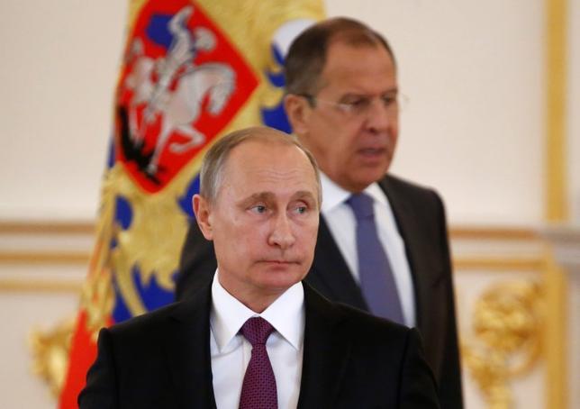 5月17日、ロシアのプーチン大統領は、ラブロフ外相(右)が前週、トランプ大統領と会談した際、トランプ大統領から機密情報の提供を受けておらず、それを証明できると述べた。モスクワで昨年11月撮影(2017年 ロイター/Sergei Karpukhin)