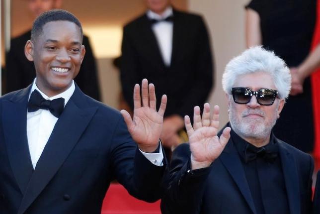 5月17日、この日開幕した第70回カンヌ国際映画祭に、米俳優のウィル・スミス(写真左)が審査員として登場した。写真右は、審査委員長のスペインのペドロ・アルモドバル監督(2017年 ロイター/Regis Duvignau)
