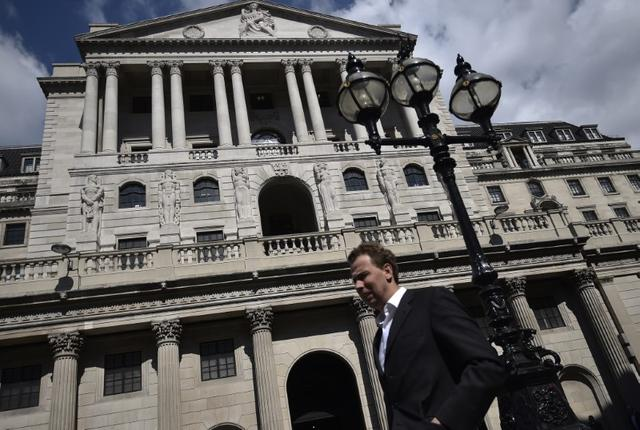 A man walks past the Bank of England in the City of London, Britain April 19, 2017.  REUTERS/Hannah McKay