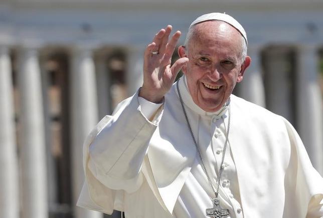 5月18日、ローマ法王フランシスコは、遺伝子疾患治療のために働く科学者らを賞賛する一方、医学研究にヒト胚を利用する行為を強く非難した。写真は17日撮影(2017年 ロイター/Max Rossi)