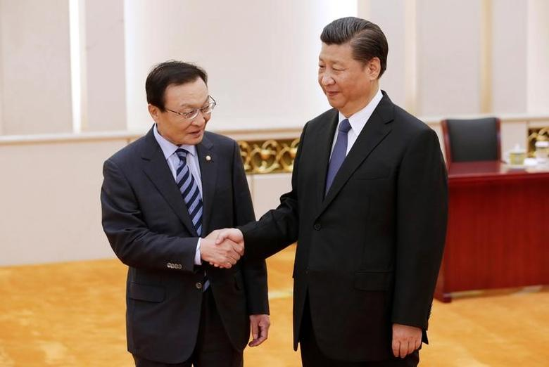 South Korean special envoy Lee Hae-chan (L) meets China's President Xi Jinping at the Great Hall of the People, in Beijing, China May 19, 2017. REUTERS/Jason Lee