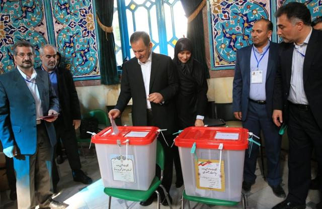 Iranian vice-president Eshaq Jahangiri and his wife cast their ballots during presidential election in Tehran, Iran, May 19, 2017. TIMA via REUTERS