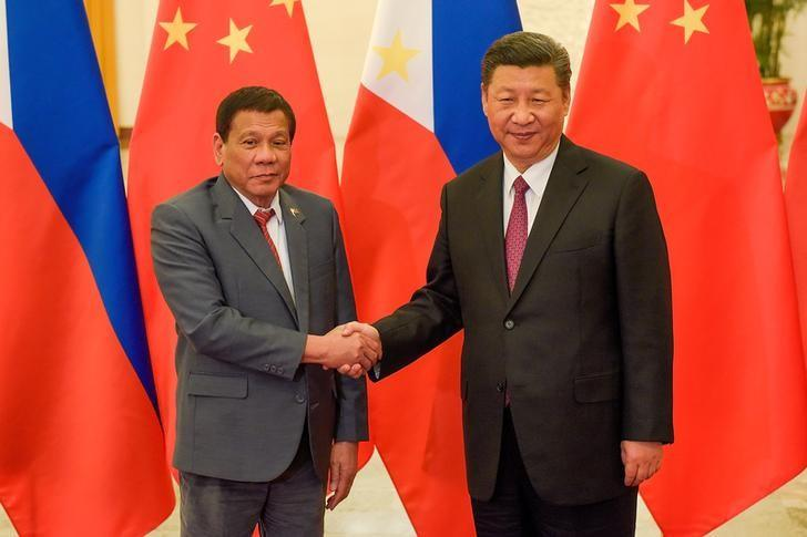 Chinese President Xi Jinping shakes hands with Philippines President Rodrigo Duterte in Beijing. REUTERS/Etienne Oliveau/Pool