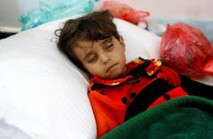 """Зараженная холерой девочка в госпитале йеменской столицы Саны 7 мая 2017 года. Число заболевших холерой в Йемене в течение шести месяцев может достигнуть 300.000 человек, приведя к """"крайне высокой"""" смертности, сообщила в пятницу Всемирная организация здравоохранения. REUTERS/Khaled Abdullah"""