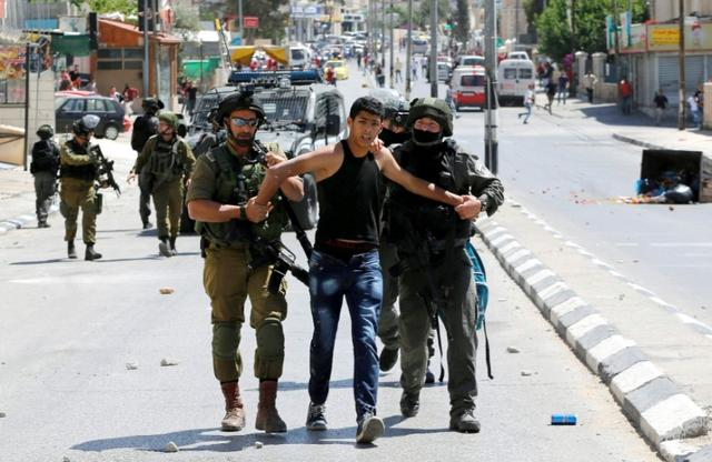 Israeli soldiers detain a Palestinian during clashes following a protest in support of Palestinian prisoners on hunger strike in Israeli jails, in the West Bank town of Bethlehem May 19, 2017. REUTERS/Ammar Awad