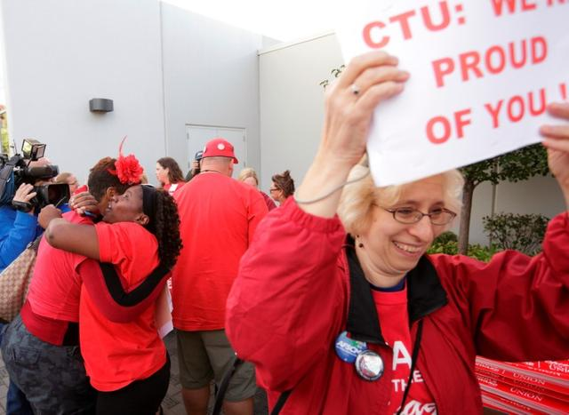 FILE PHOTO: Jacqueline Robinson (2nd L) and other members of the Chicago Teachers Union celebrate the end of their strike in Chicago September 18, 2012.  REUTERS/John Gress/File Photo