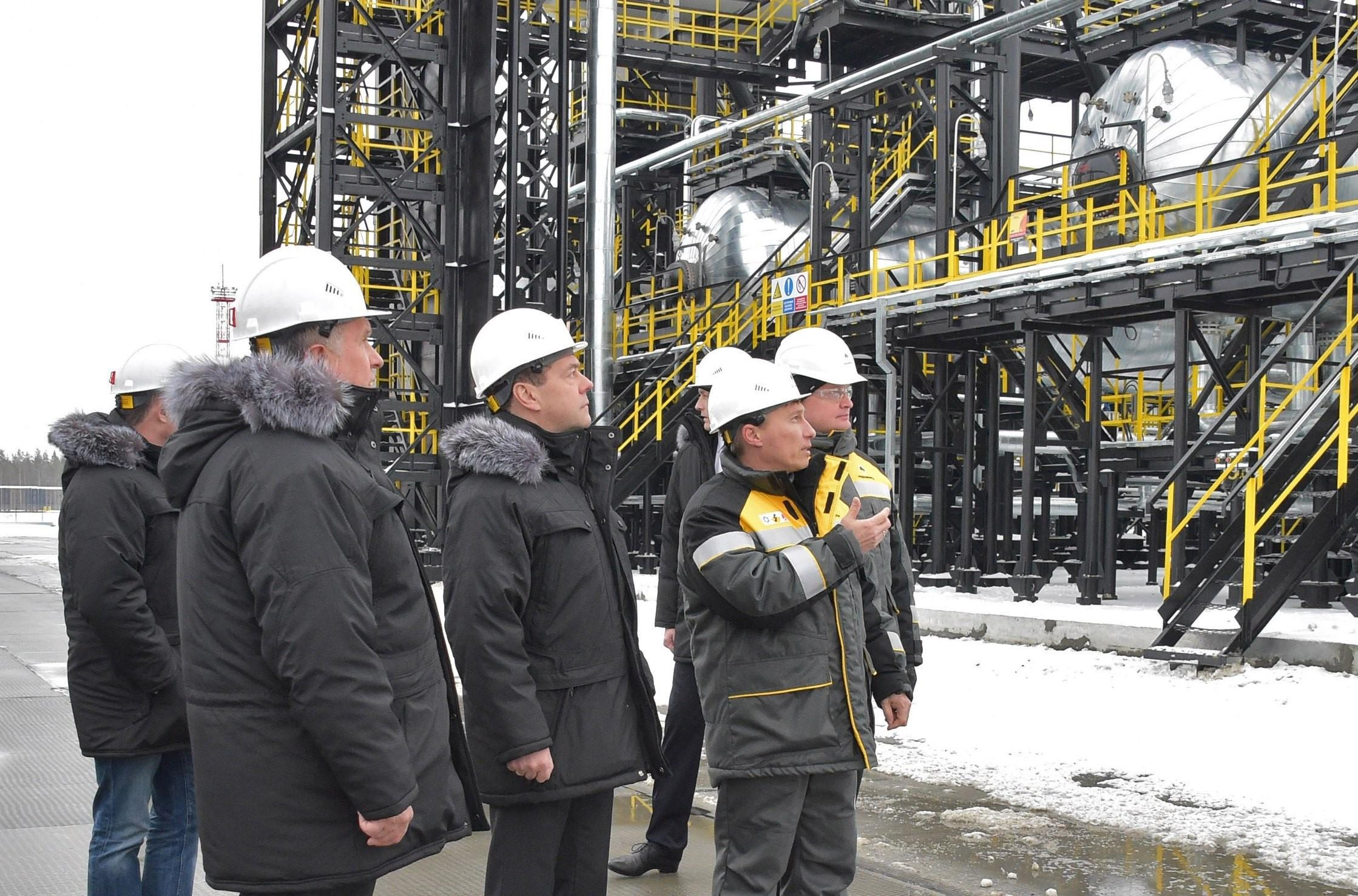 Russian Prime Minister Dmitry Medvedev (C) and Rosneft Chief Executive Igor Sechin (L) inspect production facilities at the Kondinsky group of oil fields in Khanty-Mansi Autonomous District - Yugra, Russia November 21, 2017. Sputnik/Alexander Astafyev/Pool via