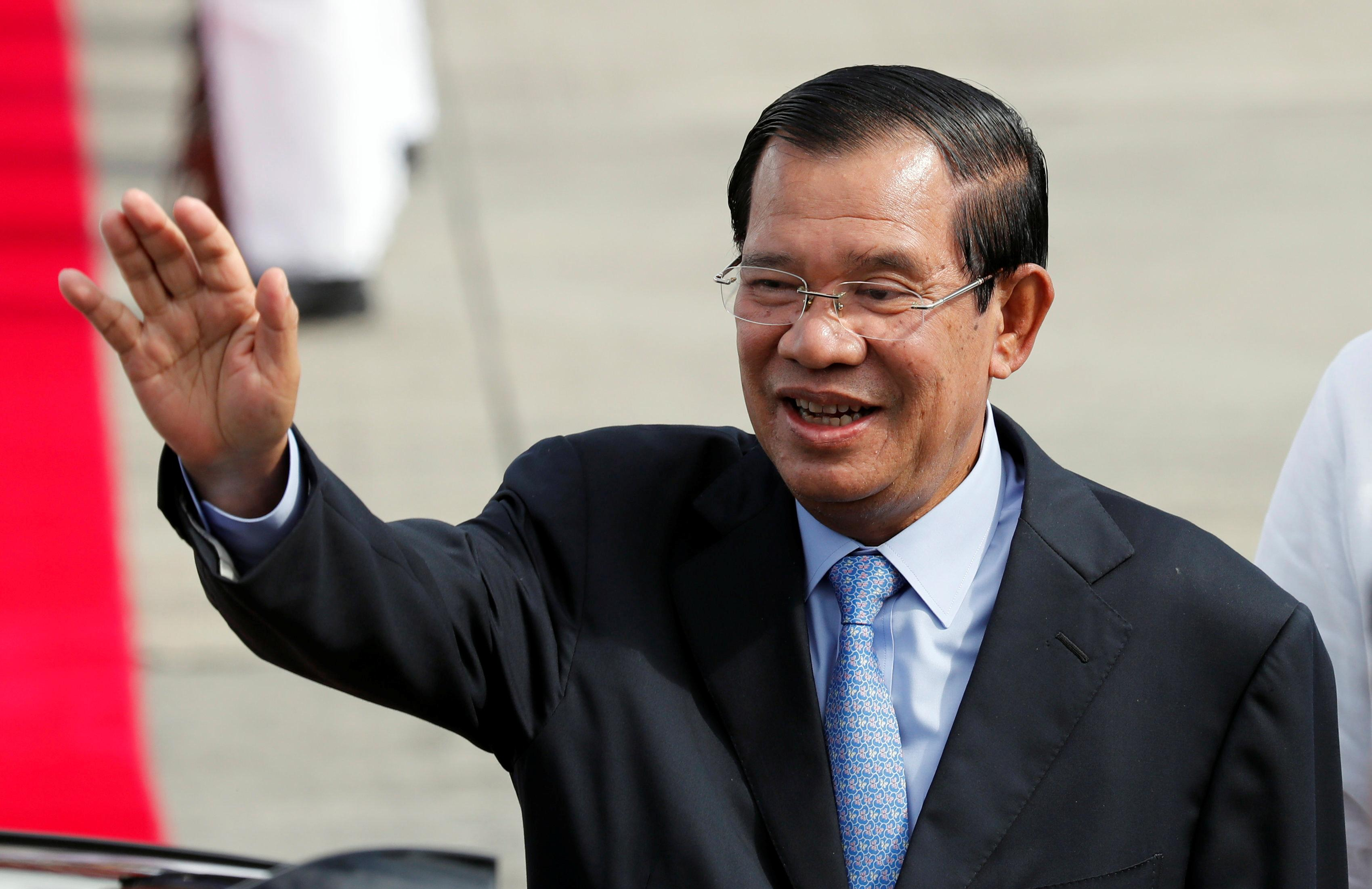 Cambodia's Prime Minister Hun Sen waves to well wishers upon his arrival to attend the Association of South East Asian Nations (ASEAN) Summit and related meetings in Clark, Pampanga in northern Philippines November 11, 2017. Erik De Castro