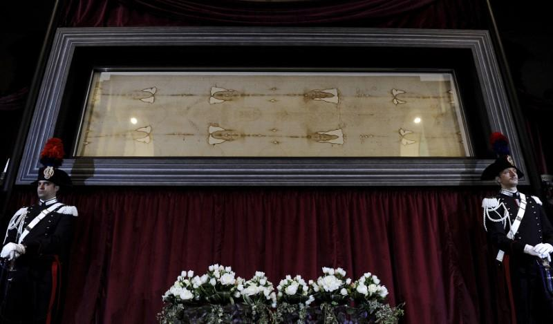 Carabinieri's paramilitary police stands next to the Holy Shroud during a media preview of the Exposition of the Holy Shroud in the Cathedral of Turin April 18, 2015. Giorgio Perottino/File photo