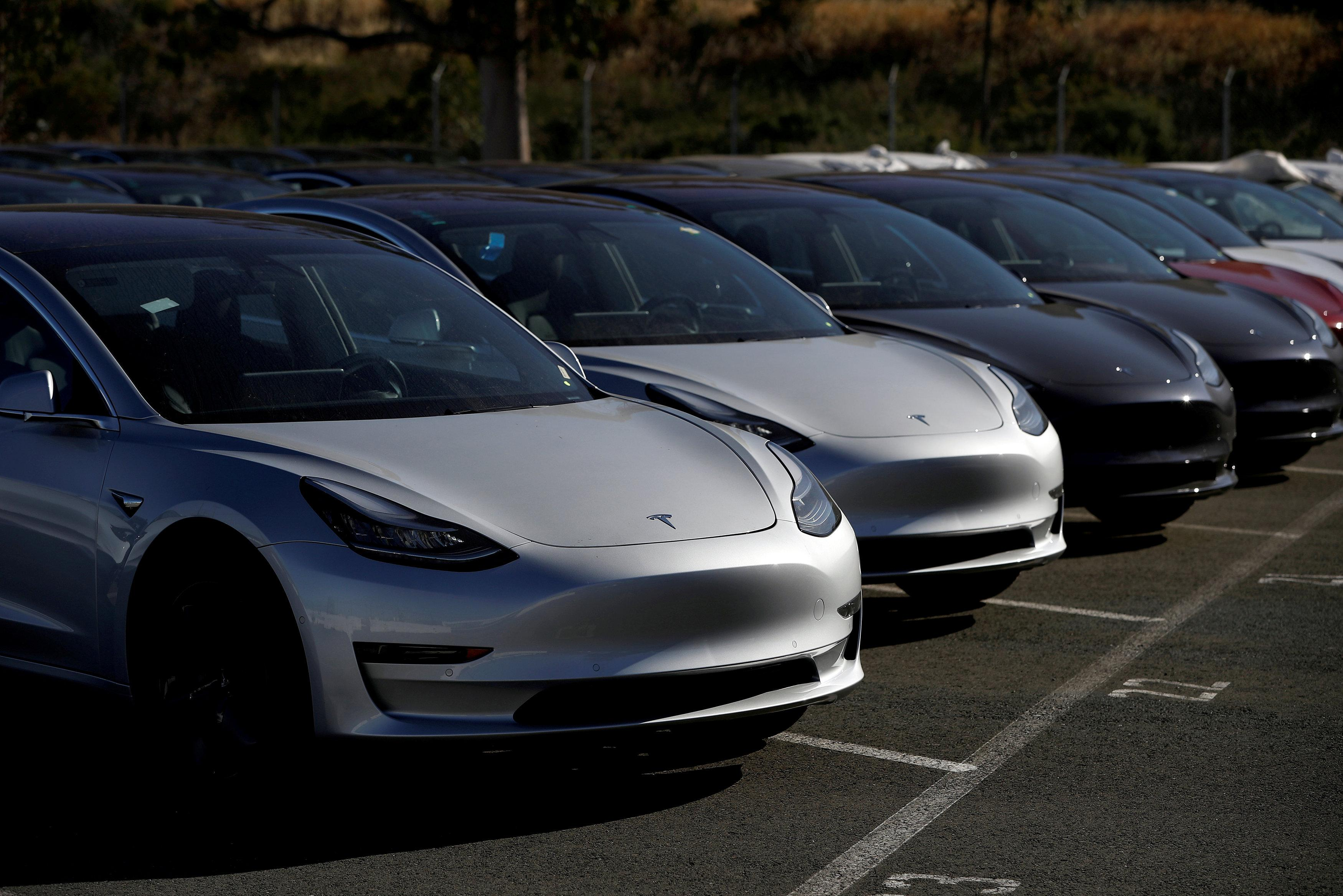 A row of new Tesla Model 3 electric vehicles is seen at a parking lot in Richmond, California, U.S. June 22, 2018.  Stephen Lam