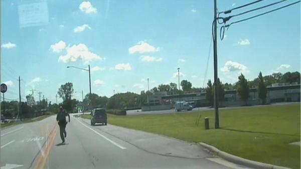 米オハイオ州で無人のパトカーが動き出す、保安官が慌てて追いかける(27日)