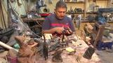 حرفي مصري يحول قرون الجاموس إلى قطع فنية مميزة