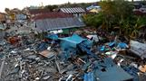 まるでゾンビの町、食料探してゴミをあさるインドネシア被災者(字幕・4日)