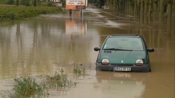仏南部の洪水で6人死亡、夜間に数カ月分の降水量記録(15日)