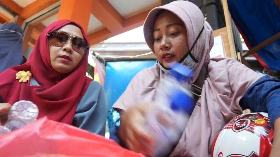 Plastic to ride: Indonesians swap bottles for bus tickets