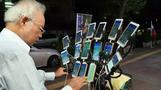 عجوز تايواني يمارس لعبة بوكيمون جو باستخدام 15 هاتفا محمولا في وقت واحد