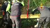 墓地の排水溝に仰向けの状態で挟まった馬を救出、イタリア(14日)