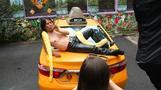NY名物イエローキャブ、運転手がモデルのカレンダー(16日)