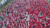 آلاف يرتدون ملابس بابا نويل للمشاركة في سباق خيري بالعاصمة الإسبانية
