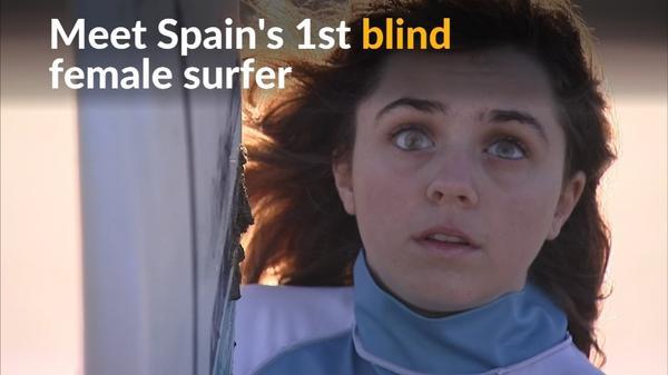 直感と音を頼りに波に乗る、スペインの視覚障害サーファー(12日)