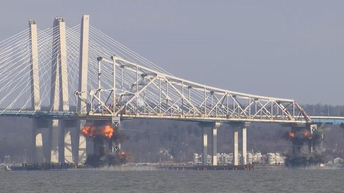 米NYで老朽化した橋を爆破解体(15日)