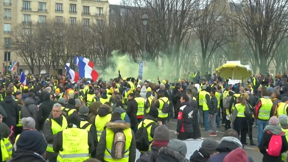"""France's """"yellow vests"""" protest for a tenth week"""
