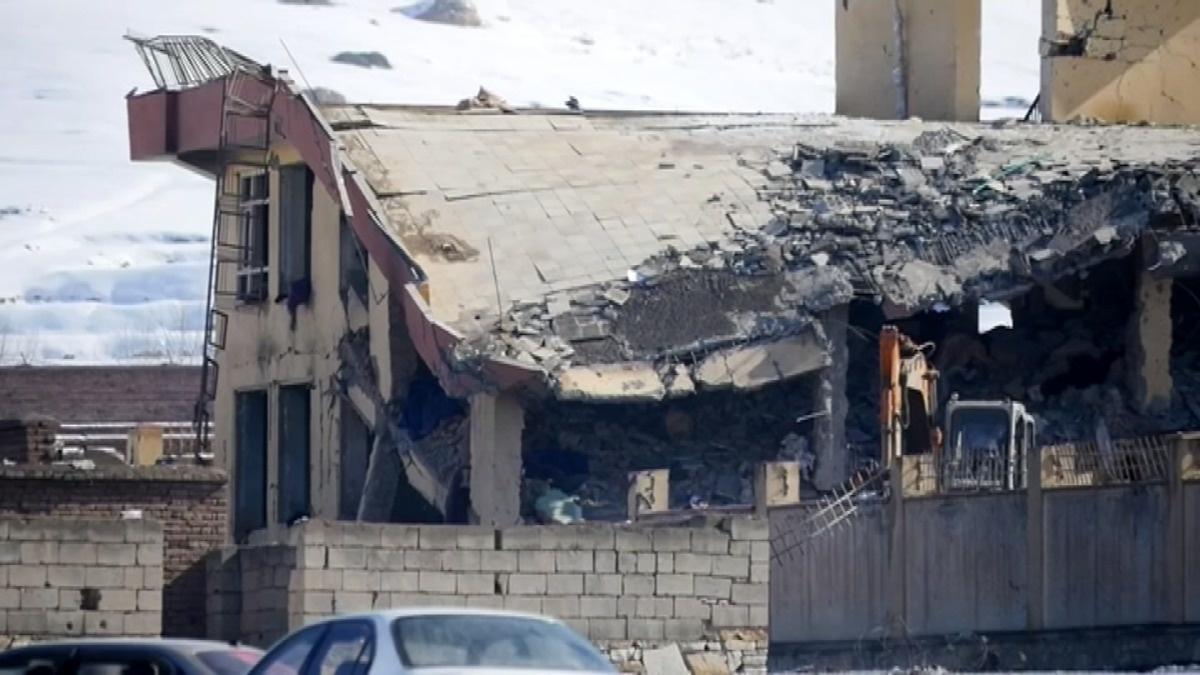 Taliban kill 100, hours before U.S. peace talks