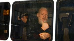 英国警方逮捕维基解密创始人阿桑奇 美国提出引渡请求