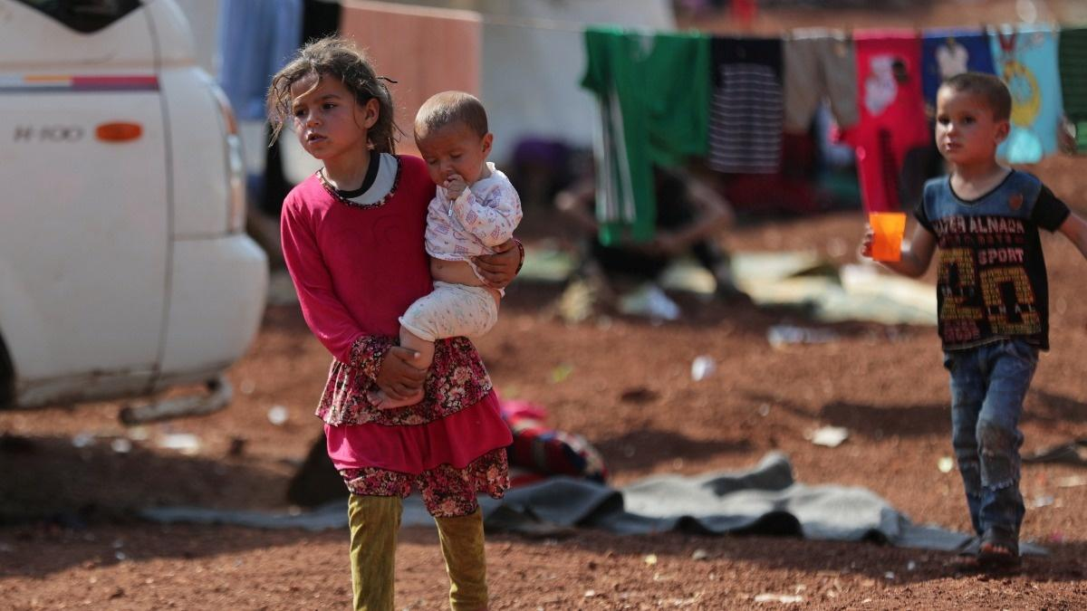Hospitals targeted as families flee Syria bombing