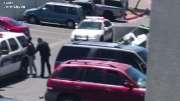 米警官、4歳児の万引きを疑い父親を銃で脅す(字幕・18日)