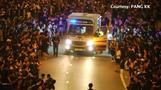 群衆の中に「道」、香港デモ隊が病人搬送に協力(字幕・18日)
