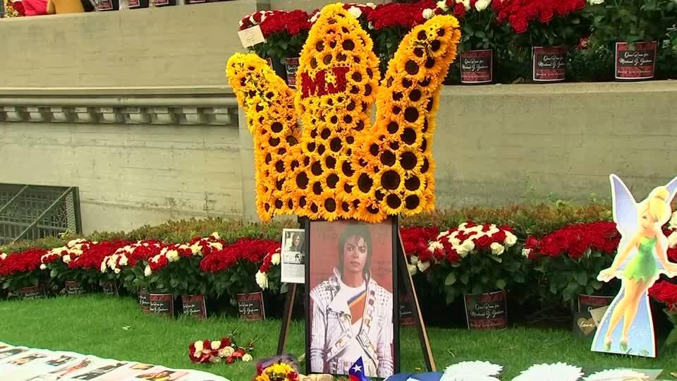 Fans pay tribute to Michael Jackson a decade on