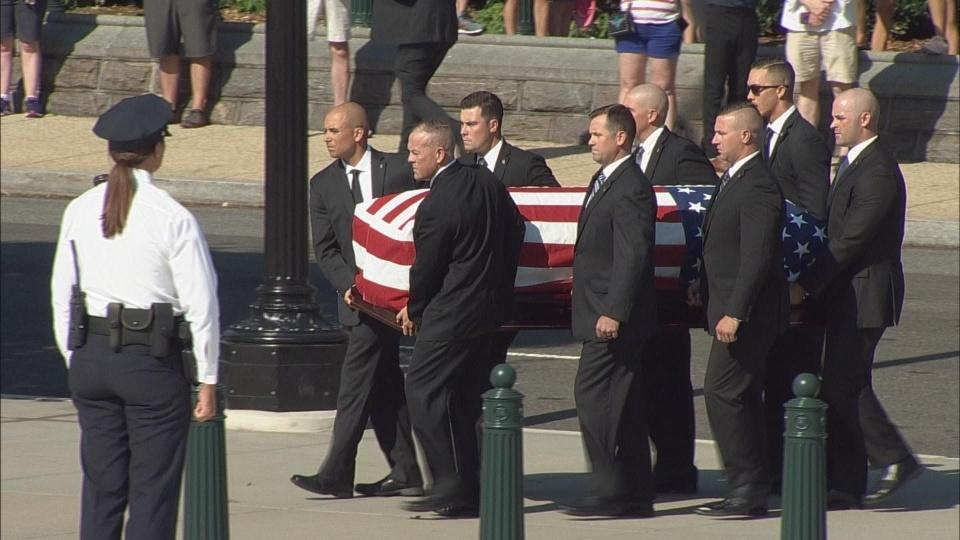 U.S. Justice Stevens' casket arrives at Supreme Court